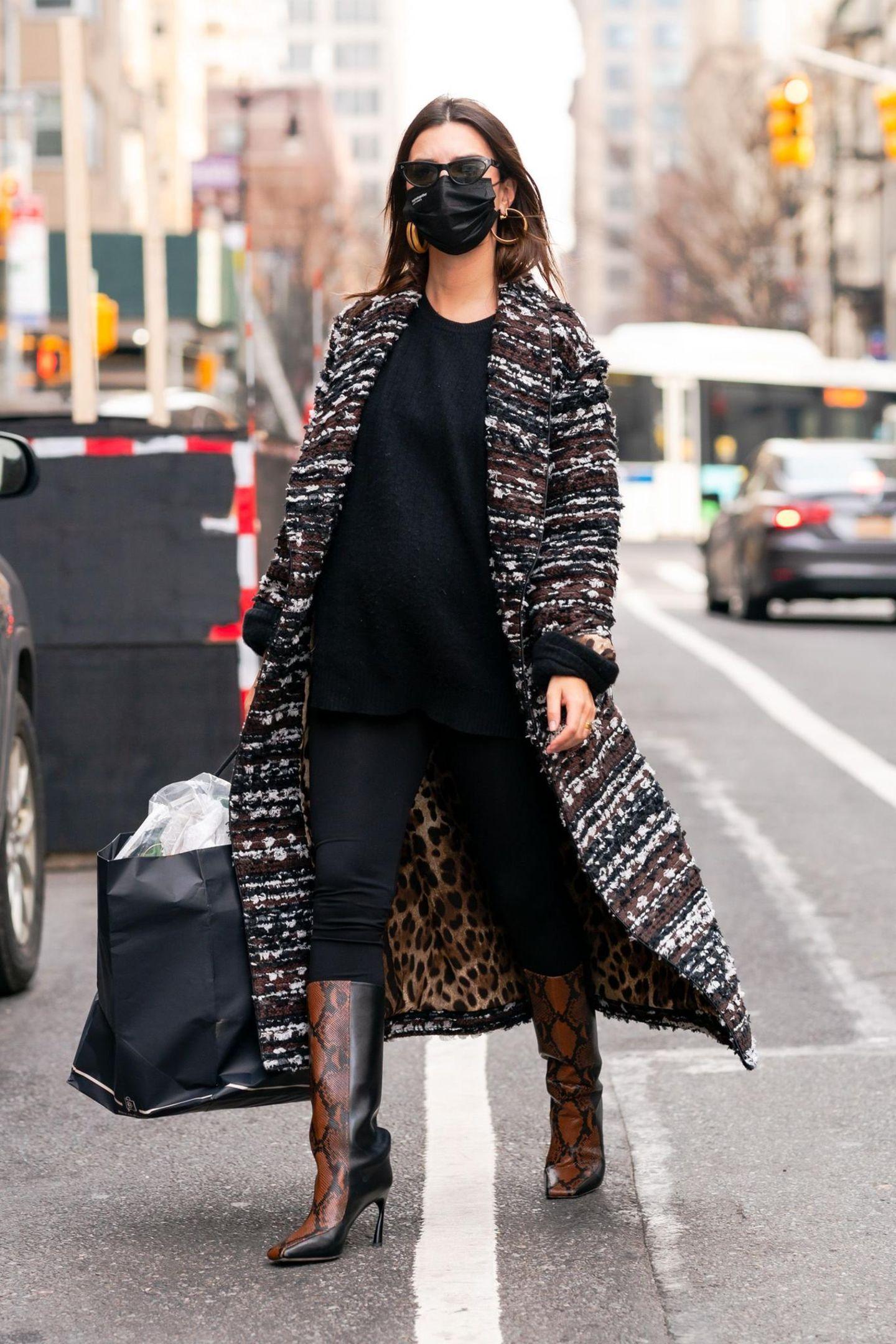 Huch! In diesem Outfit hätten wir Model Emily Ratajkowski beinahe nicht erkannt. Auf Instagram sehen wir sie nämlich in der Regel weniger angezogen, manchmal sogar splitternackt. Deshalb ist dieser Schwangerschaftslook eine willkommene Abwechslung. Gekonnt stylt sie Skinny Jeans zu Oversize-Pullover und stylischen Schaftstiefeln mit Animal-Print. Der Mantel von Dolce & Gabbana (etwa 4800 Euro) macht den Look perfekt. Wir sind verliebt!