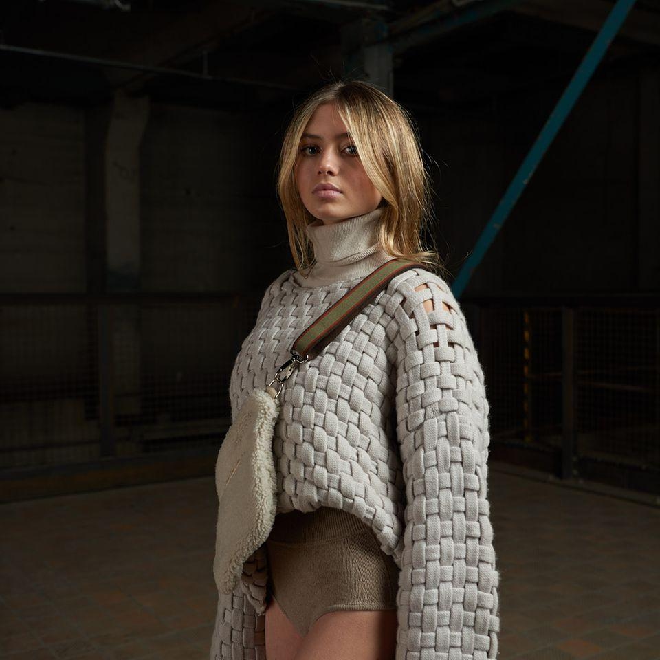 Im Berliner Salon Editorial FilmpräsentiertLeni Klum aktuelle Entwürfe der teilnehmenden Designer des Berliner Salon.