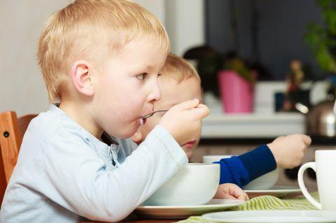 Rückruf: Zwei kleine Jungs essen Müsli
