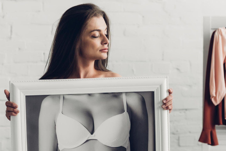 Geschlechtsangleichende Operation: Frau mit Unterwäschenbild