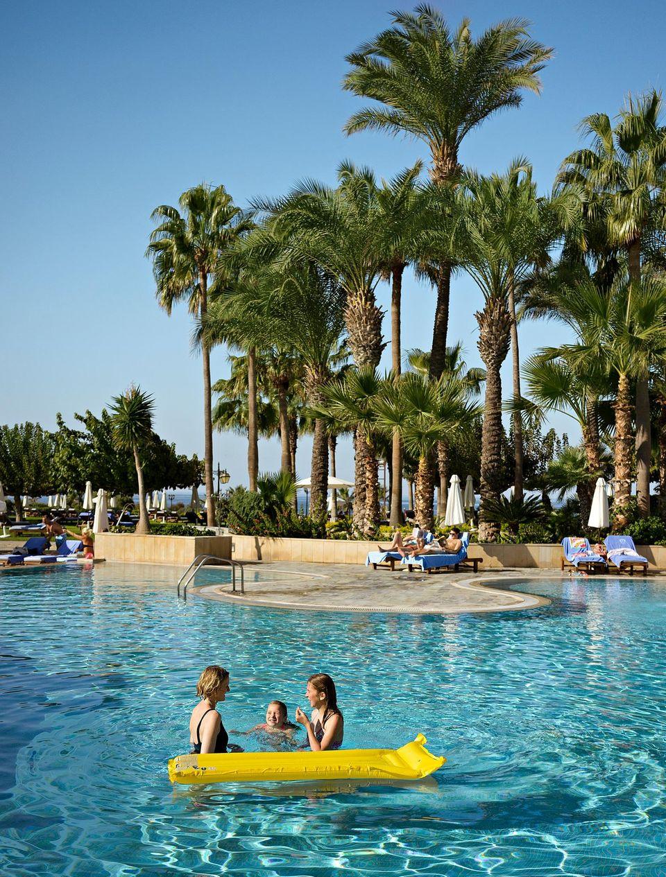 Zypern: Muuter spielt mit Töchtern im Pool