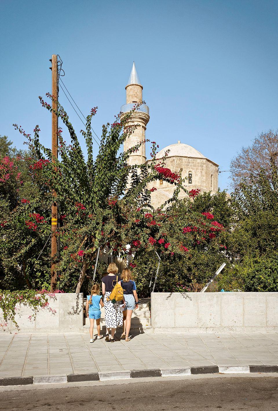 Zypern: Familie steht vor Blütenmeer