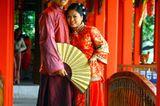 Hochzeitskleider aus aller Welt: Brautpaar in rot