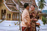 Hochzeitskleider aus aller Welt: Brautpaar vor Tempel