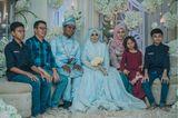 Hochzeitskleider aus aller Welt: Brautpaar mit Familie