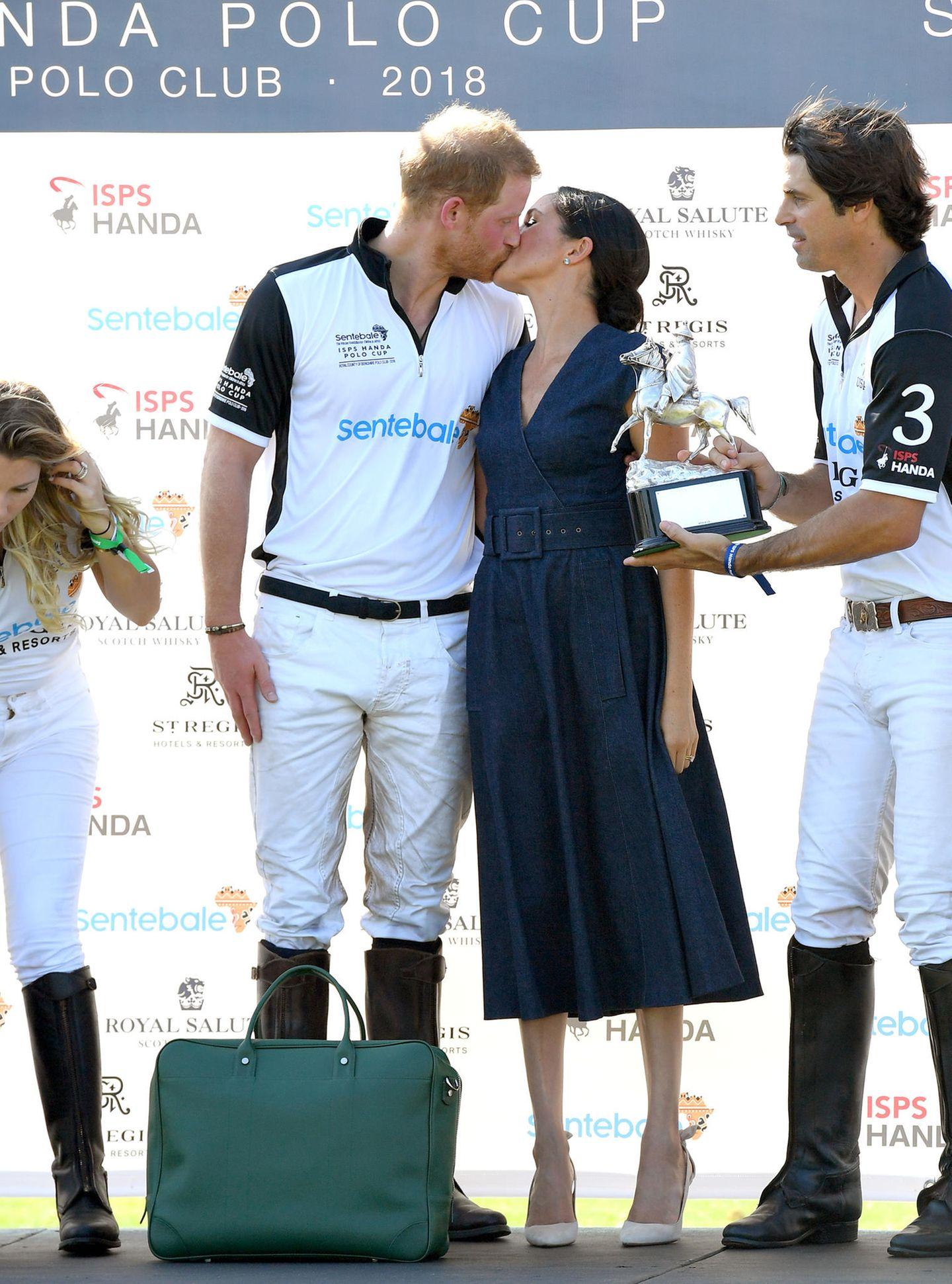 Royals: Prinz Harry küsst Meghan Markle
