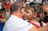 Royals: Prinz Albert von Monaco umarmt Fürstin Charlène