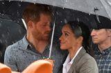 Royals: Meghan Markle und Prinz Harry unterm Regenschirm