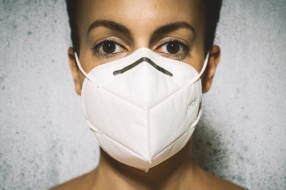 Frau mit KN-95-Maske