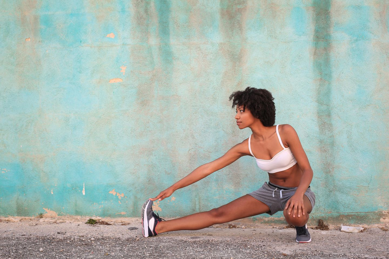 Studie: Eine Frau dehnt sich in Sportklamotten