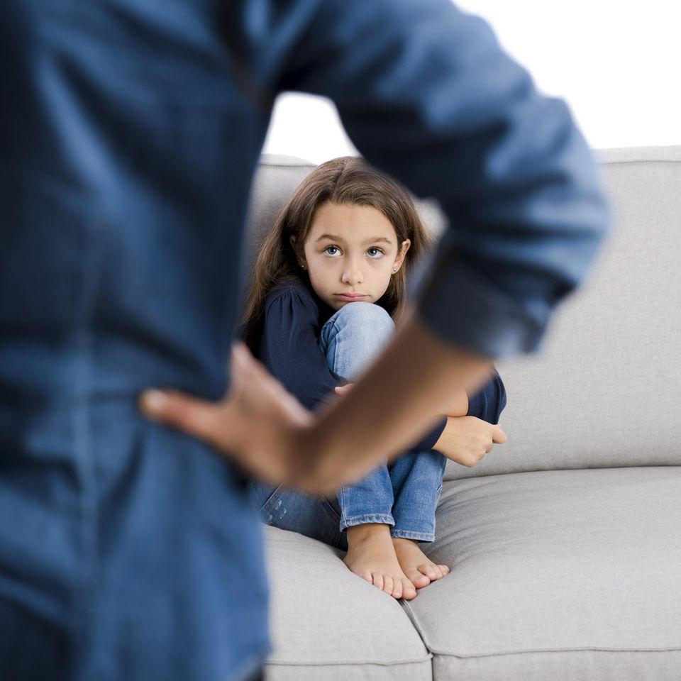 Egoistisches Kind: Ein beschämtes Mädchen auf dem Sofa