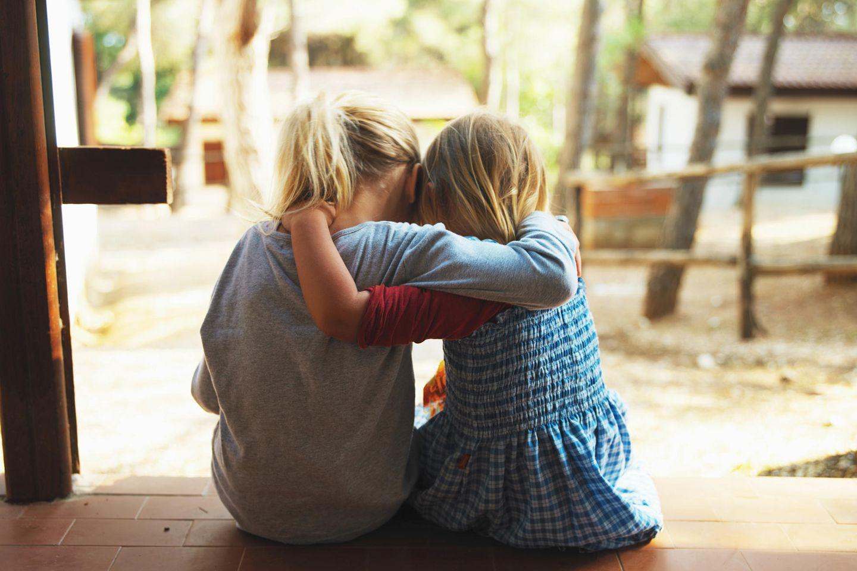 zwei Mädchen von hinten trösten sich