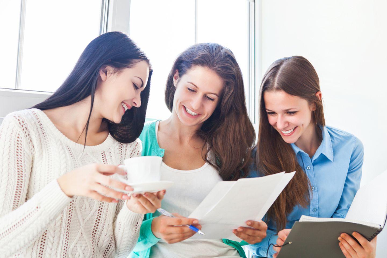 Lerntypen: Drei Frauen arbeiten zusammen.