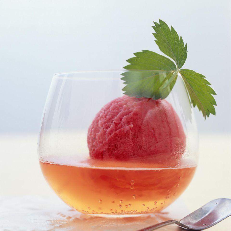 Erdbeer-Sorbet im Sektsüppchen