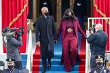 Michelle Obama beweist bei der Amtseinführung von Präsident Joe Biden, dass sieimmer noch eine der stilsichersten Frauen der Welt ist. Sie trägt eine atemberaubende weinrote Kombination aus Rollkragenshirt, weiter Palazzohose, Maxi-Mantel und auffälligem Gürtel des US-amerikanischenDesignersSergio Hudson.