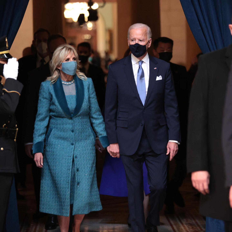 Da ist sie, die neue First Lady! Dr. Jill Biden trägt ein blaues Outfit mit besonderer Bedeutung: Anstatt auf bekannte Designer zu setzen, wählt sie lieber einen Look von Markarian, ein noch aufstrebendes amerikanisches Label. Sie unterstützt damit zum einen die amerikanische Wirtschaft und gibt gleichzeitig unbekannteren Designern eine Plattform.