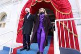 Auch Ex-Präsidentschaftskandidatin Hillary Clinton zeigt sich in einem lilafarbenen Ensemble an der Seite ihres Mannes, demehemaligen Präsidenten Bill Clinton.