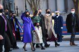 Kamala Harris ist die erste Frau im zweitwichtigsten Amt der USA. Die neue Vizepräsidentin mit tamilisch-jamaikanischen Wurzeln.Bei dem Designer ihres lilafarbenen Outfits handelt es sich umChristopher John Rogers, einem 27-jährigen Schwarzen und queeren Nachwuchsdesigner aus New York.