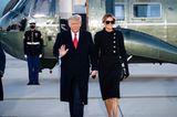 Streng genommen sind Donald und Melania Trump hier natürlich falsch – denn sie kamen nicht zur Amtseinführung von Joe Biden. Stattdessen verließen sie schon Stunden vorher via Helikopter das Weiße Haus.Melania verabschiedet sich nochmal mit einen ultra luxuriösen Look bestehend aus Chanel-Kostüm, Louboutin-Heels und Tasche von Hermès, die für knapp 70.000 US-Dollar zu haben ist.
