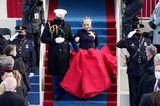 Lady Gaga sorgt mit der Performance der Nationalhymne für Gänsehaut. Doch auch ihr Look, der die Farben der US-Flagge aufgreift ist gut durchdacht: An ihrem Herzen trägt sie eine übergroße Brosche in Form einer Friedenstaube.
