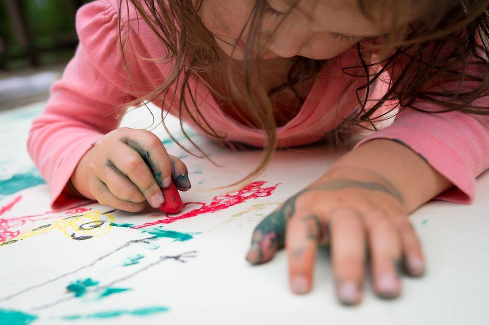 Rückruf: Mädchen malt Fingerfarben