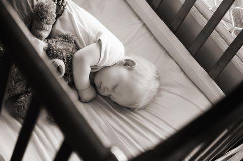 Todesfalle Kuscheldecke: So schnell wird es gefährlich für Babys