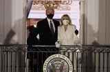 """Nicht nur die Farbe von Jill Bidens Outfit hat eine traditionelle Bedeutung, auch das Accessoire, das sie am Handgelenk trägt, ist etwas ganz Besonderes. Den Blumenarmreif haben laut """"Vogue""""schon einige First Ladies vor Jill Biden getragen – und sie führt diese Tradition nun fort. Was für eine tolle Geste der neuen First Lady!"""