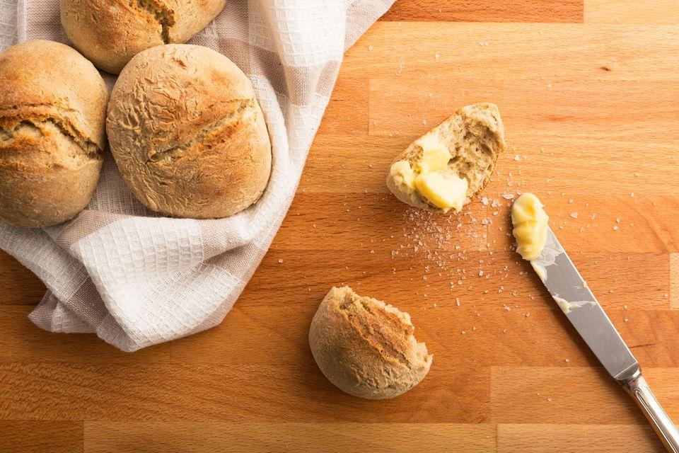 Blitz-Brötchen: Frühstücksbrötchen mit Butter