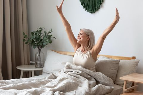 Leichter aufstehen: Frau wacht auf
