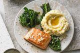 Lachs mit Kartoffel-Meerrettich-Püree und Schwarzkohl