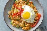 Paprika-Orecchiette mit Ei