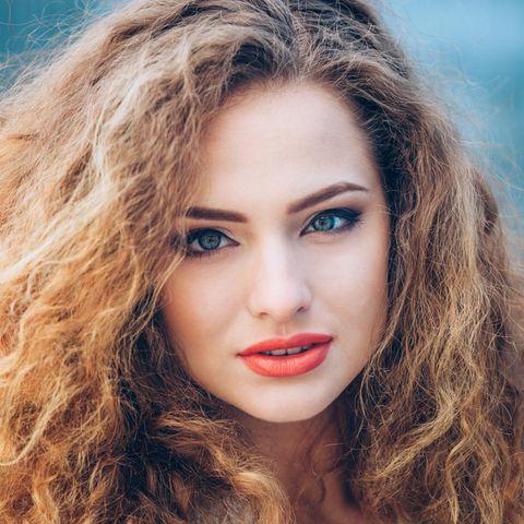 Frizz: Frau mit Frizz in den Haaren