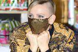Kurz vor ihrem 43. Geburtstag zeigt sich Fürstin Charlène von Monaco mit einem rockigen neuen Look: Dunkles Augen-Make-up, eine glitzernde Maske, Creolen und eine gemusterte Jacke passen perfekt zu ihrer neuen Hingucker-Frisur. Die Zwillingsmama trägt eine Seite komplett abrasiert und den Rest etwas kürzer und dunkler.