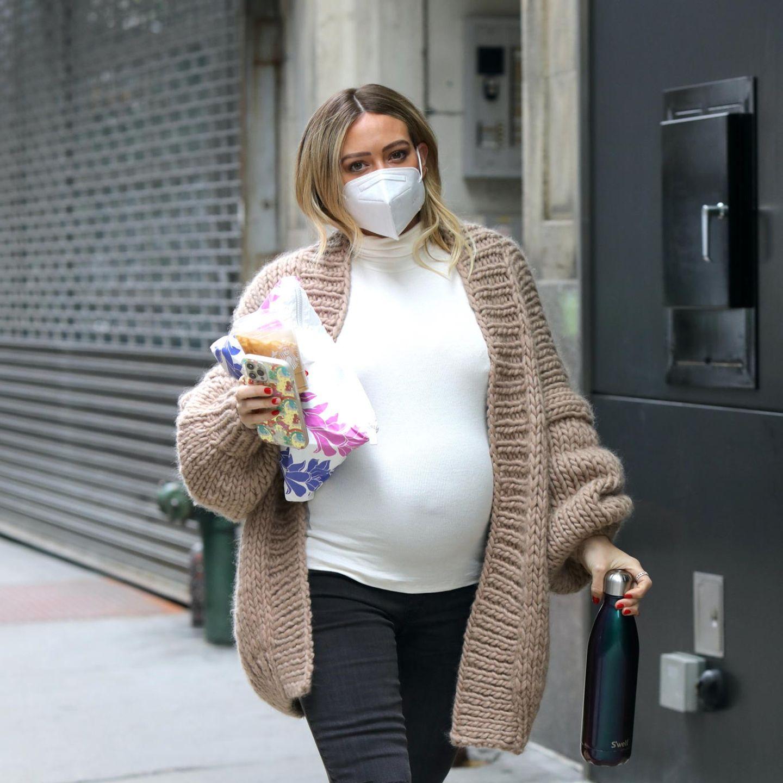 """Hochschwanger und noch bei der Arbeit: Trotz Mega-Kugel ist Hilary Duff noch mit vollem Einsatz am Set von """"Younger"""" in Manhattan zu sehen – und auch ihr simpler Look ist toll!"""