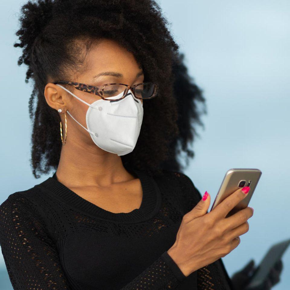 FFP2-Maske: Frau mit Brile