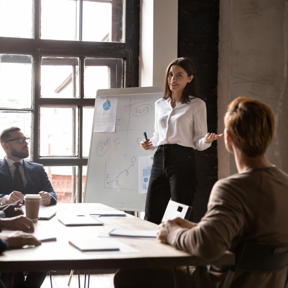 Frauen in Führungspositionen: Frau hält Vortrag