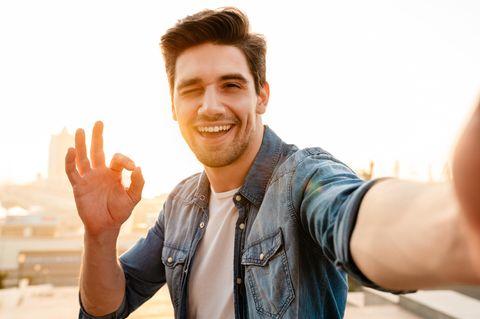 Reddit: Ein Mann macht ein Selfie von sich und zwinkert