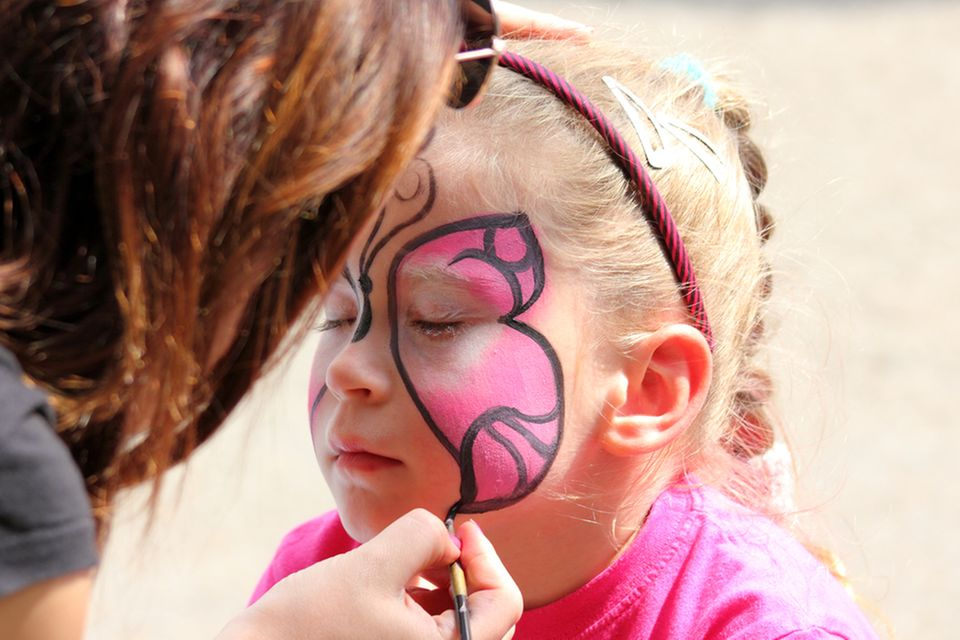Gartenhochzeit: Kind wird geschminkt