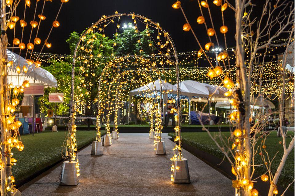 Gartenhochzeit: Lichterbögen im Garten