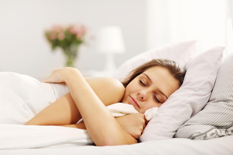 Nackt schlafen: Schlafende Frau