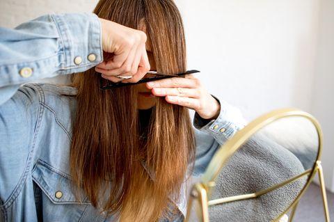 Haar-Fehler: Frau schneidet sich einen Pony