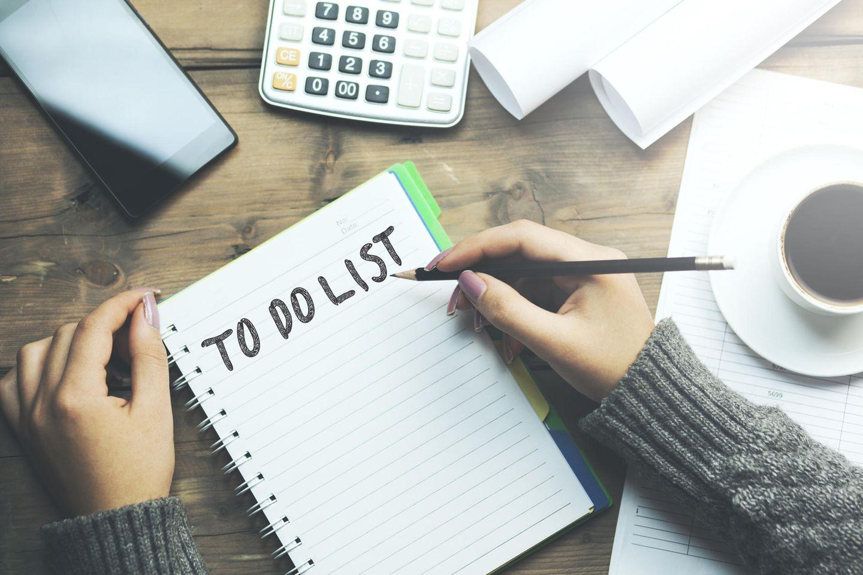 Selbstdisziplin: Frau schreibt an einer To-Do Liste