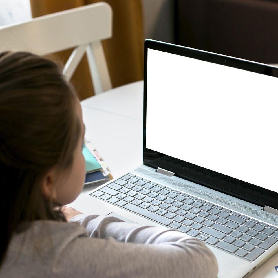 Homeschooling: Ein Mädchen im Hausunterricht