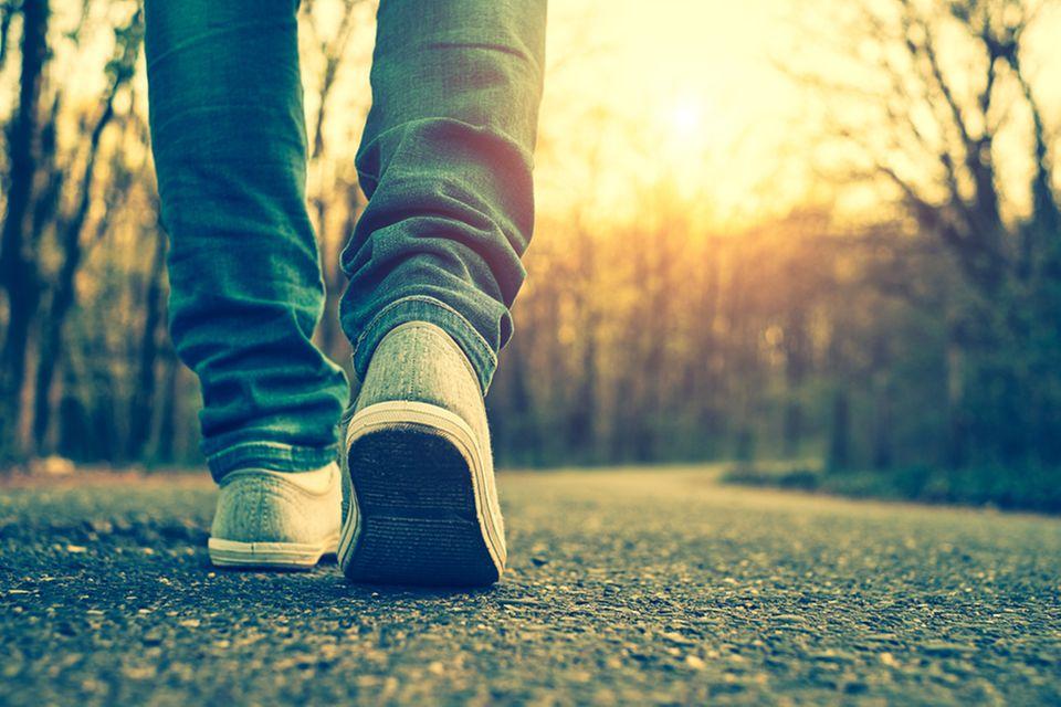 Mann ging täglich 30000 Schritte: Jemand geht spazieren