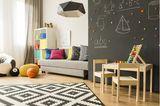 Geschwisterzimmer: Spielecke und Sofa im Kinderzimmer