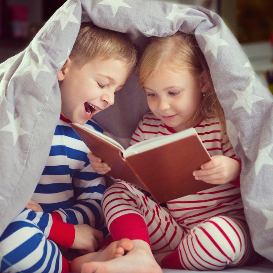 Geschwisterzimmer: Geschwister lesen ein Buch