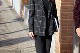 Macht Letizia 2021 einen Stylewandel durch? Greift die Königin von Spanien bei offiziellen Terminen meist zu sehr femininen Looks, wählte sie bei einem Meeting der spanischen Föderation für seltene Krankheiten in Madrid nun erneut einen etwas bodenständigeren Look von Boss bestehend aus einer schmalen Hose, Karoblazer und spitzen Ballerinas.
