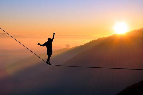 Aszendent Waage: Mensch balanciert auf Seil