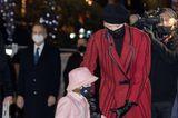 Auch einen Tag zuvor zeigt sich Charlène in ihrenmomentanen Lieblingsfarben Rot und Schwarz. Der Mantel der Monegassin besteht aus Tweed und einer Wollmischung, dermit Karos und diagonalen Streifen versehen ist – ein Hingucker, den Charlène mit schwarzen Lederhandschuhen und– wie ebenfalls wie am Tag zuvor – mit einer Baskenmütze komplettiert. Es scheint fast so, als ob die Frau von Albert gerade eine Lieblingskombination hat. Und auch uns gefällt der Baskenmützen-Trend an der 43-Jährigen sehrgut.