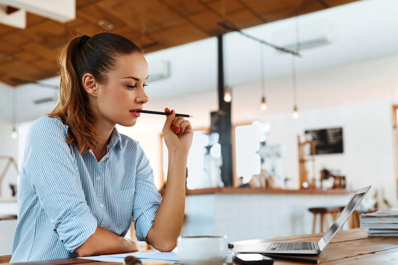 Lernen lernen: Frau sitzt am Schreibtisch und lernt.
